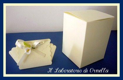 Classicamente bianco e creme: scatole con timbro embossato e candidi sacchetti